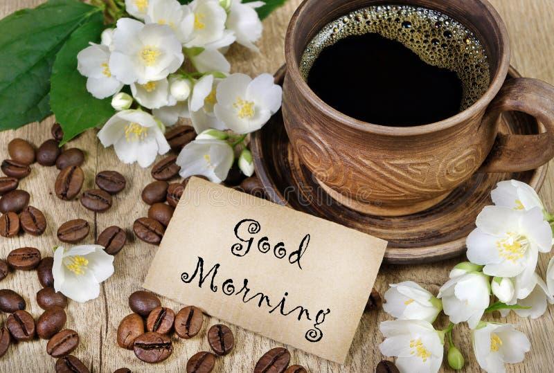 Guten Morgen Morgenkaffee- und -jasminblumen auf einem Holztisch stockbild