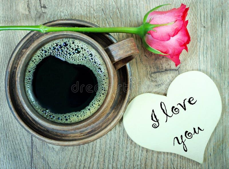 Guten Morgen Morgenkaffee- und -jasminblumen auf einem Holztisch Beschneidungspfad eingeschlossen stockfotografie