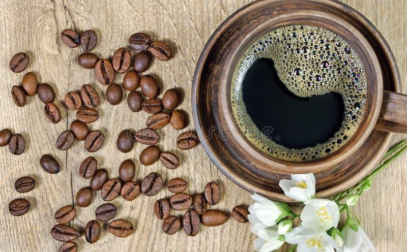 Guten Morgen Morgenkaffee- und -jasminblumen auf einem Holztisch Beschneidungspfad eingeschlossen lizenzfreie stockfotos