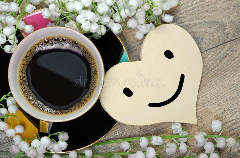 Guten Morgen Morgenkaffee und -Maiglöckchen blühen auf einem Holztisch lizenzfreies stockbild