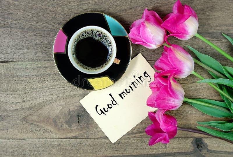 Guten Morgen Morgenkaffee und -tulpen auf einem Holztisch Sohn gibt der Mama eine Blume Frauen `s Tag St Valentinsgru? ` s Tag Ko lizenzfreie stockbilder
