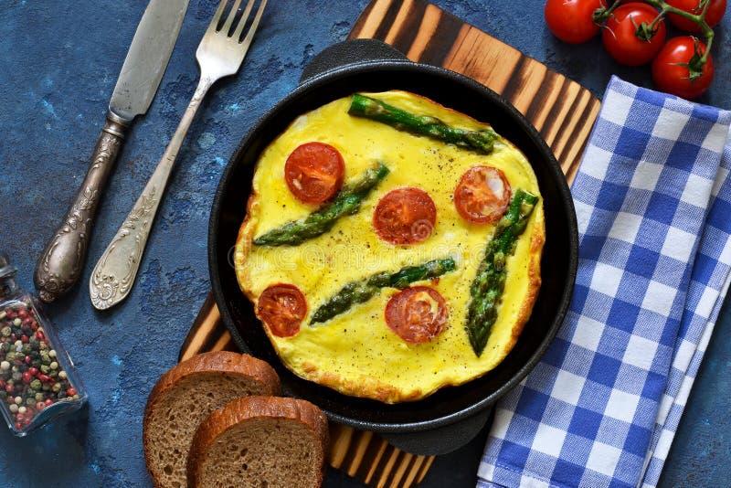 Guten Morgen Omelett mit Spargel und Tomaten zum Fr?hst?ck stockbild