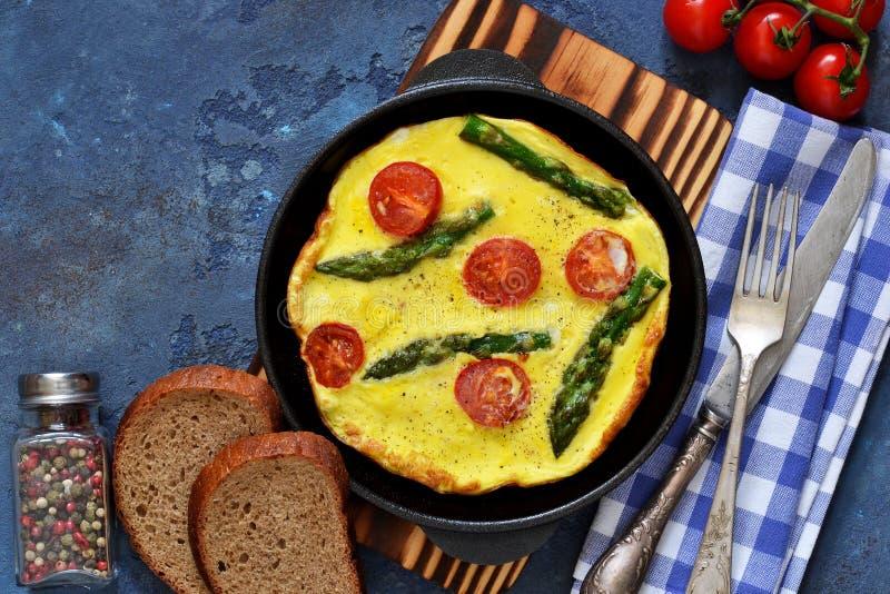Guten Morgen Omelett mit Spargel und Tomaten zum Fr?hst?ck stockfotografie