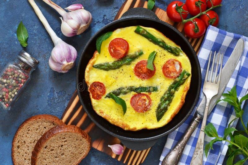 Guten Morgen Omelett mit Spargel und Tomaten zum Fr?hst?ck lizenzfreie stockfotografie