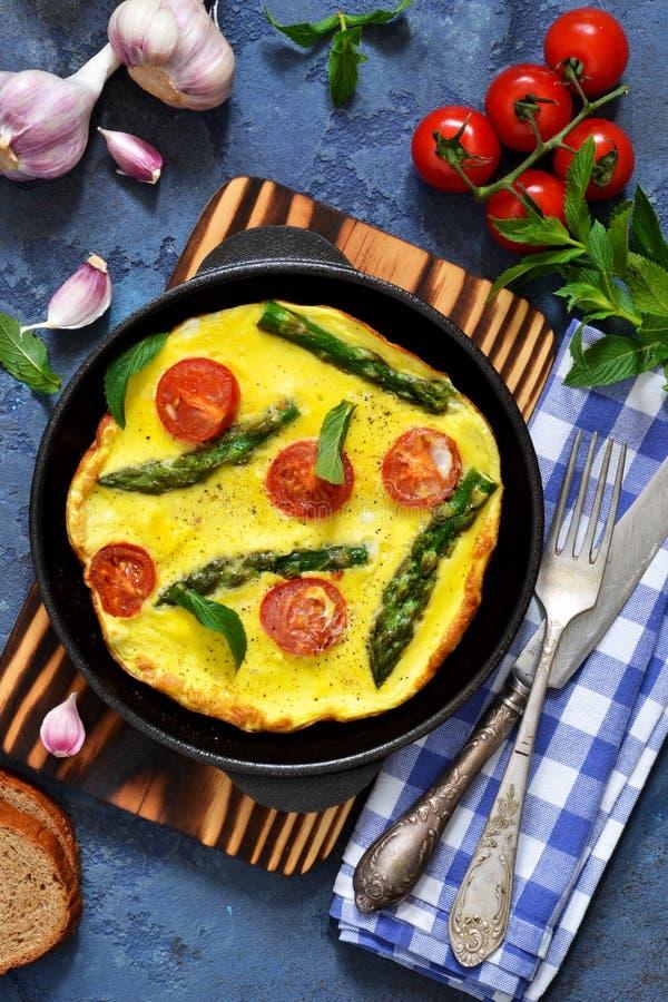 Guten Morgen Omelett mit Spargel und Tomaten zum Fr?hst?ck lizenzfreies stockfoto