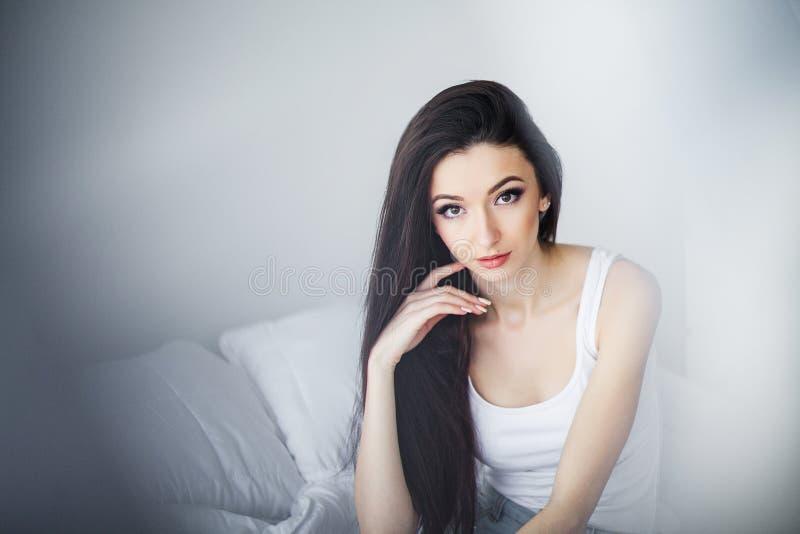 Guten Morgen Porträt von lächeln recht junge Brunettefrau stockfotos