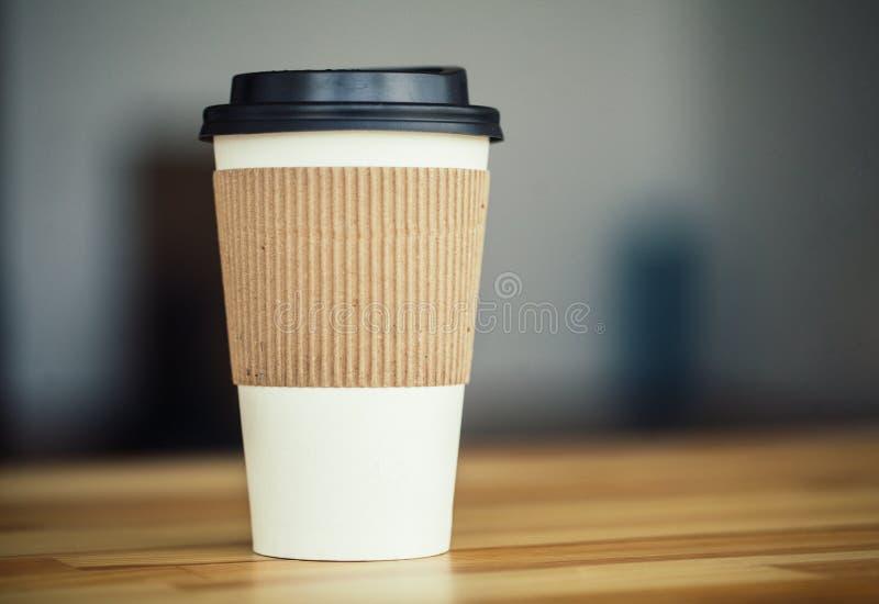 Guten Morgen Tasse Kaffee, zum auf Woodem-Hintergrund zu gehen lizenzfreie stockfotos