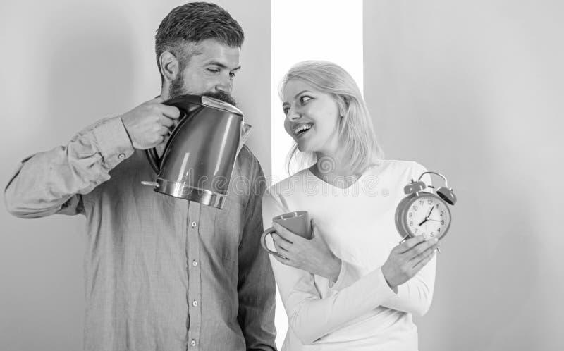 Guten Morgen zusammen verbringen Bereiten Sie Lieblingsgetr?nk in Minuten vor Moderne Ger?te machen unser Leben einfacher Paare b stockfotos