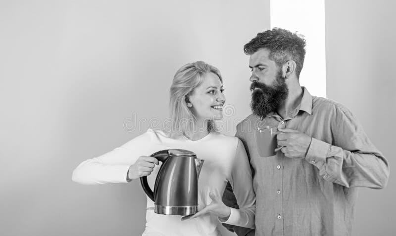 Guten Morgen zusammen verbringen Paare bereiten Morgengetränk-Wasserkochergerät vor Wasserkocher kocht Wasser sehr lizenzfreie stockfotografie