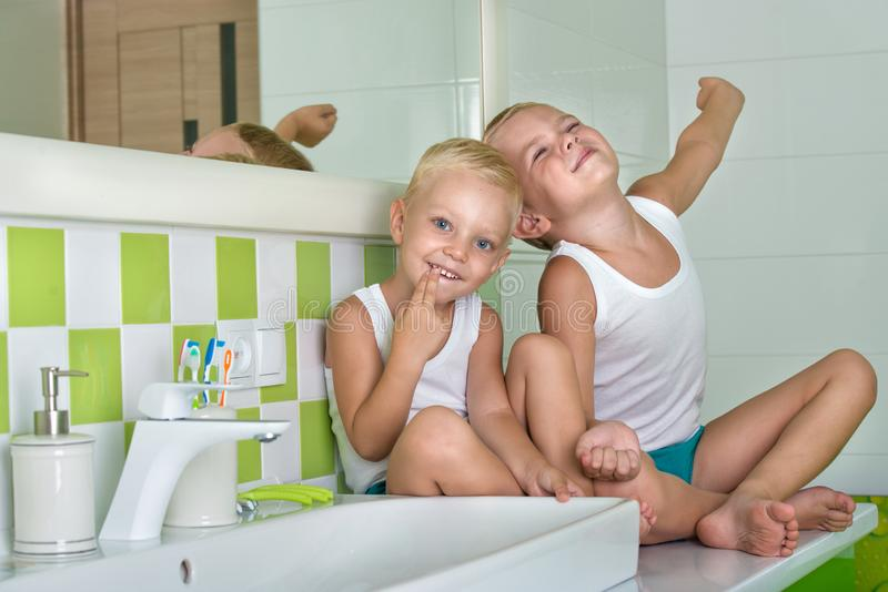Guten Morgen Zwei Brüder im Badezimmer, morgens aufwachend lizenzfreies stockfoto