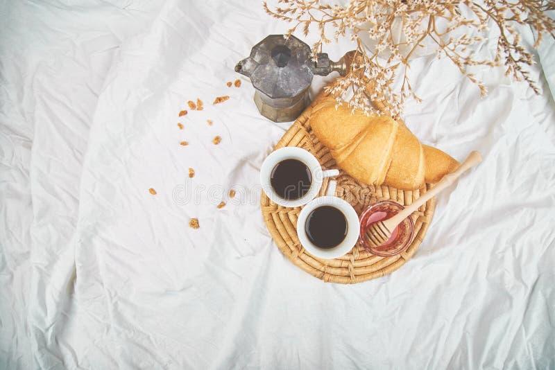 Guten Morgen Zwei Tasse Kaffee mit Hörnchen und Stau lizenzfreie stockbilder