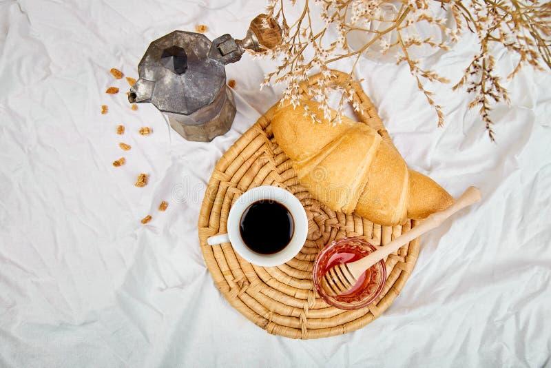 Guten Morgen Zwei Tasse Kaffee mit Hörnchen und Stau stockbild