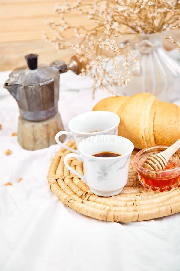 Guten Morgen Zwei Tasse Kaffee mit Hörnchen und Stau stockfotos