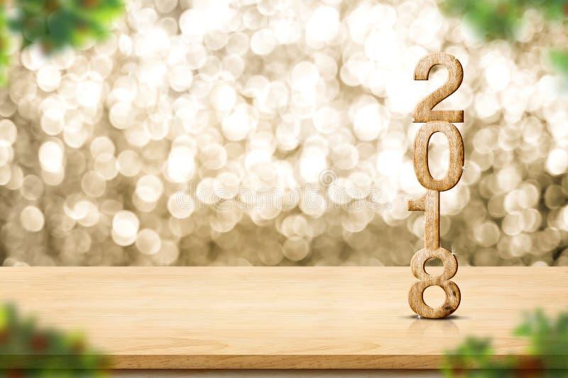 Guten Rutsch ins Neue Jahr 2018 auf hölzernem Tabellen- und Unschärfe Weihnachtsbaum foregr lizenzfreie stockfotos