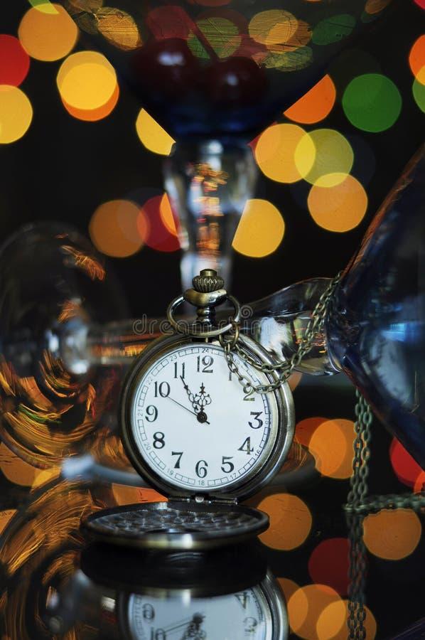 Guten Rutsch ins Neue Jahr-Eve-Partei mit Taschenuhr mit fünf zur Mitternachtszeit stockbilder