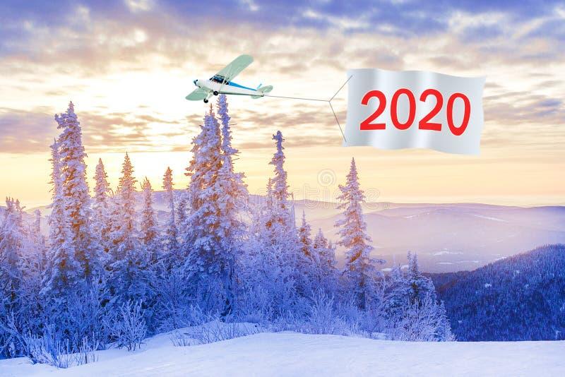 Guten Rutsch ins Neue Jahr Konzept 2020 Flugzeug mit Nachrichtennummer 2020 lizenzfreie stockfotos