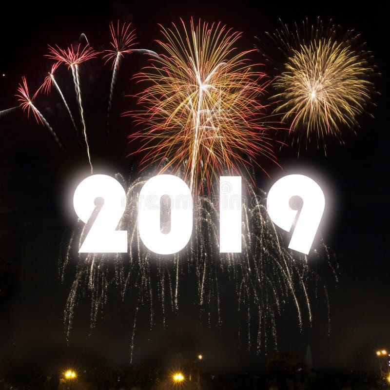 Guten Rutsch ins Neue Jahr 2019 mit bunten Feuerwerken stockfotografie