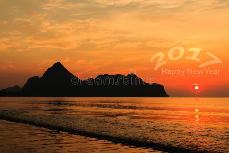 Guten Rutsch ins Neue Jahr 2017 Natürlicher Szenenstrand und -meer zur Sonnenaufgangzeit lizenzfreie stockfotografie