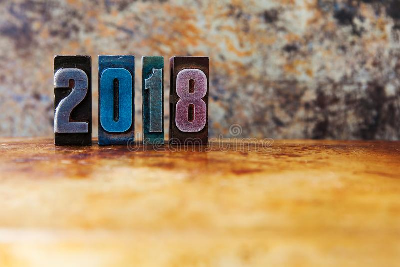 2018-guten Rutsch ins Neue Jahr-Postkarte Bunte Briefbeschwererstellen-Symbolwinterurlaube Kreatives Retrostildesignweihnachten stockbild