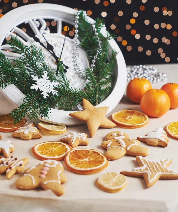 Guten Rutsch ins Neue Jahr um Mitternacht 2018, alte hölzerne Uhr mit Lichterkette und Tannenzweige Weihnachten kochen und verzie lizenzfreie stockfotos