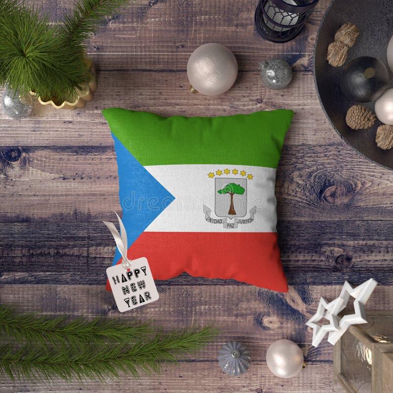 Guten Rutsch ins Neue Jahr-Umbau mit Äquatorialguineaflagge auf Kissen Weihnachtsdekorationskonzept auf Holztisch mit reizenden G lizenzfreie stockbilder