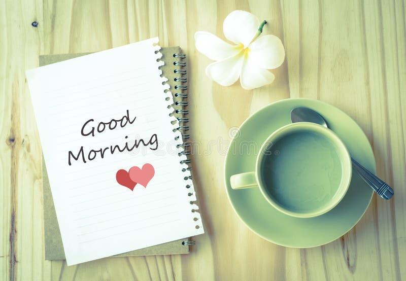 Gutenmorgen auf Papier- und grüner Teeschale lizenzfreie stockfotografie