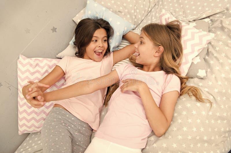 Gutenmorgen und gesunder Schlaf kleine M?dchen sagen guten Morgen miteinander kleine M?dchen im Bett nach gesundem Schlaf stockbilder