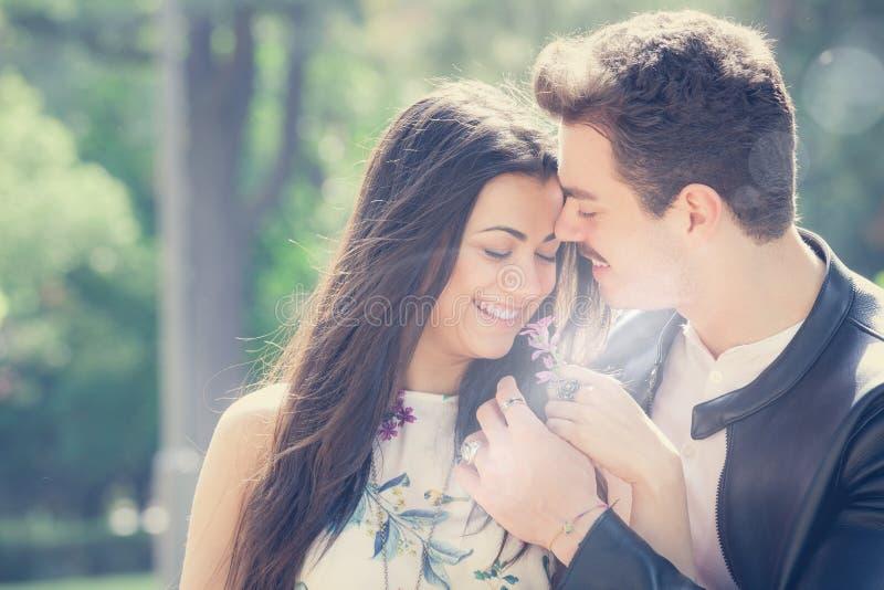 Gutes Gefühl der Paarliebe Liebevolle Harmonie Erster Kuss stockbilder
