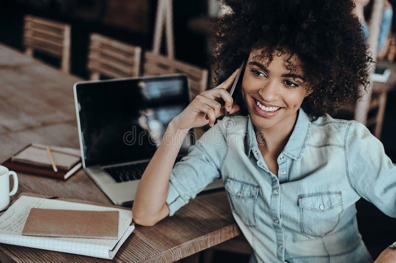 Gutes Gespräch mit Kunden lizenzfreies stockfoto