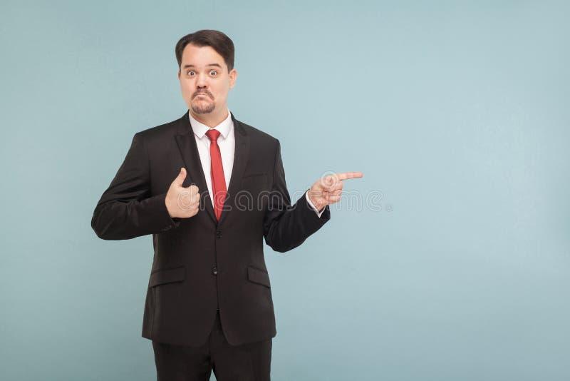 Gutes Produkt! Erfolgsgeschäftsmann, der Finger auf Kopienraum zeigt lizenzfreies stockbild
