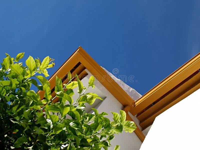 Guttering op het dak stock afbeeldingen