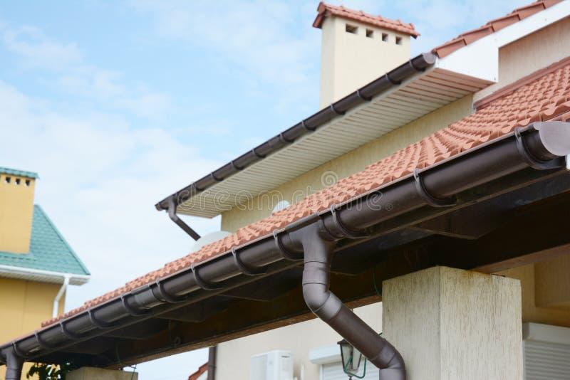 guttering Sysem do encanamento da calha do telhado Calha da chuva da casa com suportes e tubulação do downspout fotografia de stock