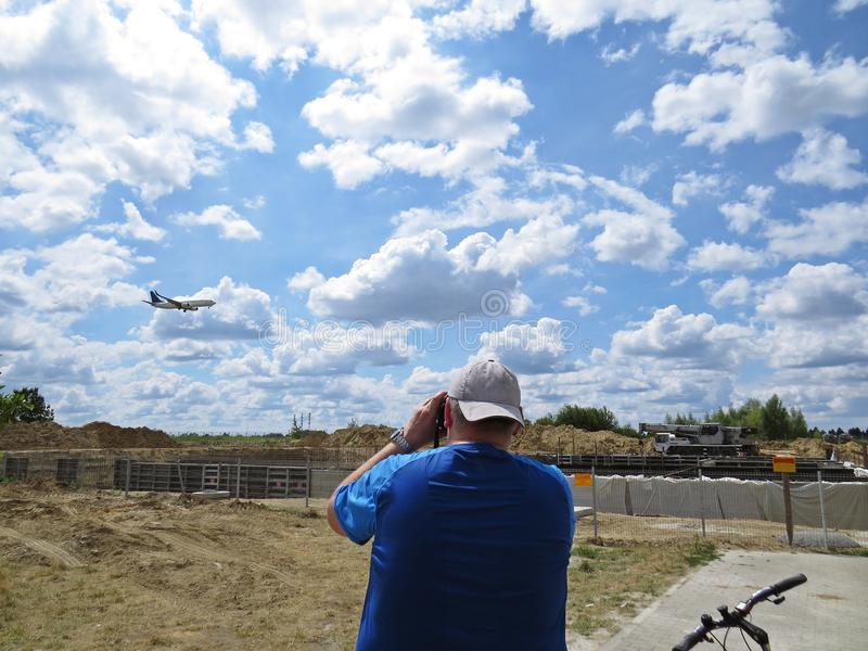 Guy Boy Man Standing e fatura de fotografias das imagens do plano do voo fotografia de stock