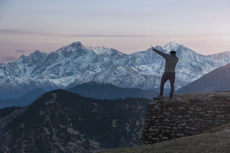 Guy Dabbing in de Bergketen van Himalayagebergte stock foto