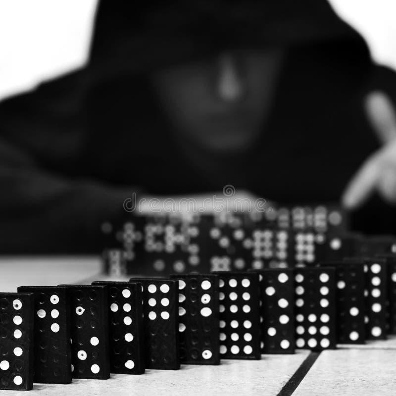 Guy et dominos Jeu Domino image libre de droits