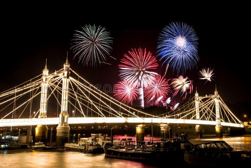 Guy Fawkes Fireworks över Albert Bridge arkivfoton