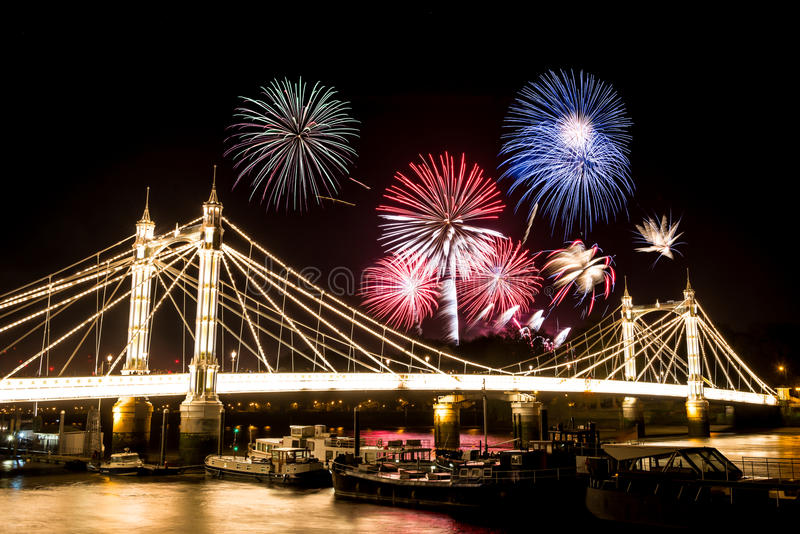 Guy Fawkes Fireworks sobre Albert Bridge fotos de archivo
