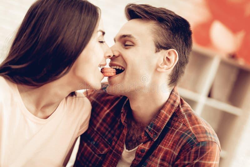 Guy Feeds Girlfriend With Sweet Valentinsgruß `s Tag lizenzfreie stockfotografie