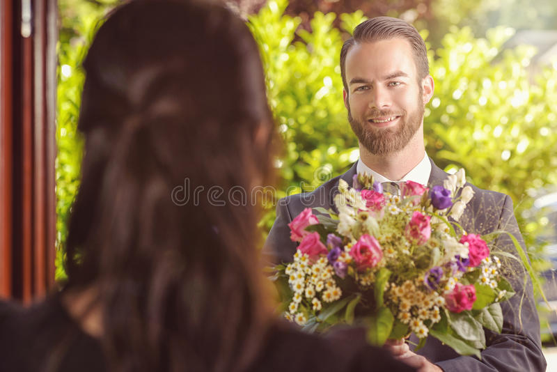 Guy Gives Fresh Flowers considerável a sua amiga fotos de stock royalty free