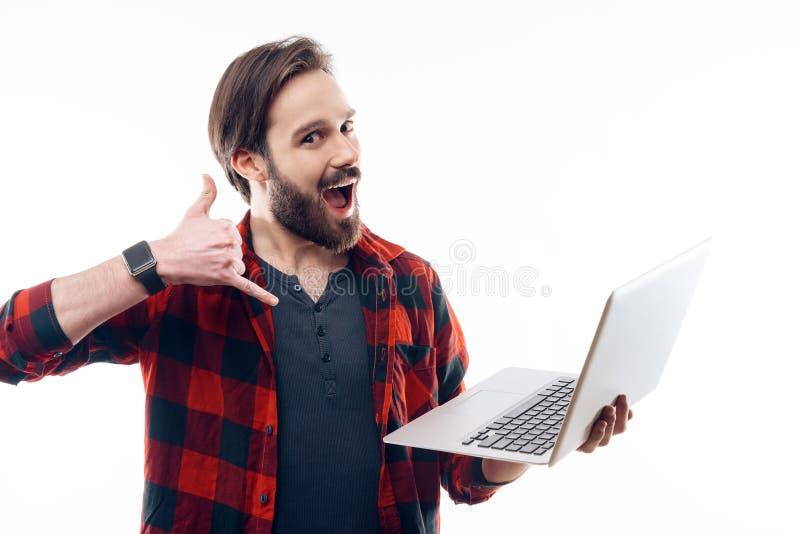Guy Hold Laptop feliz e a exibição chamam-me gesto foto de stock