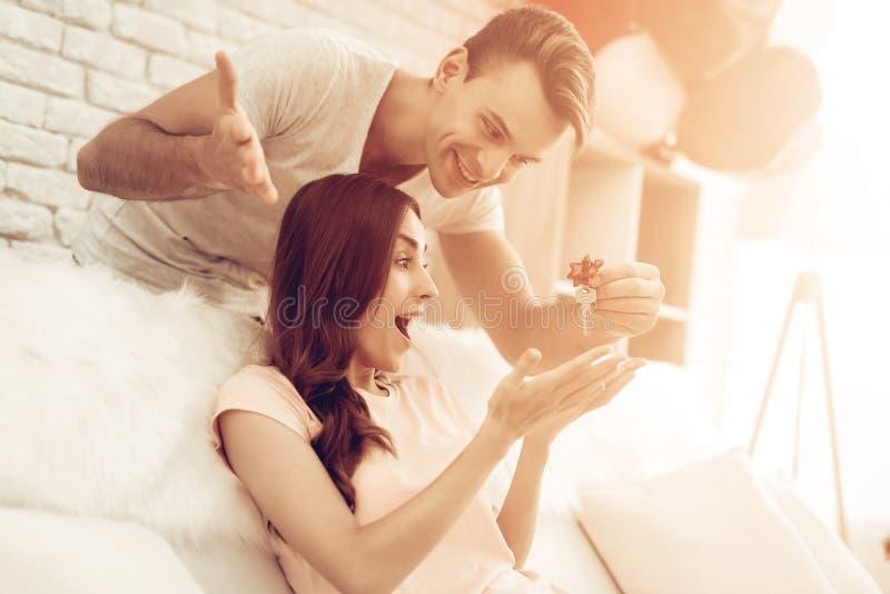 Guy Makes ein Geschenk zur Freundin an Valentinsgruß ` s Tag stockbilder