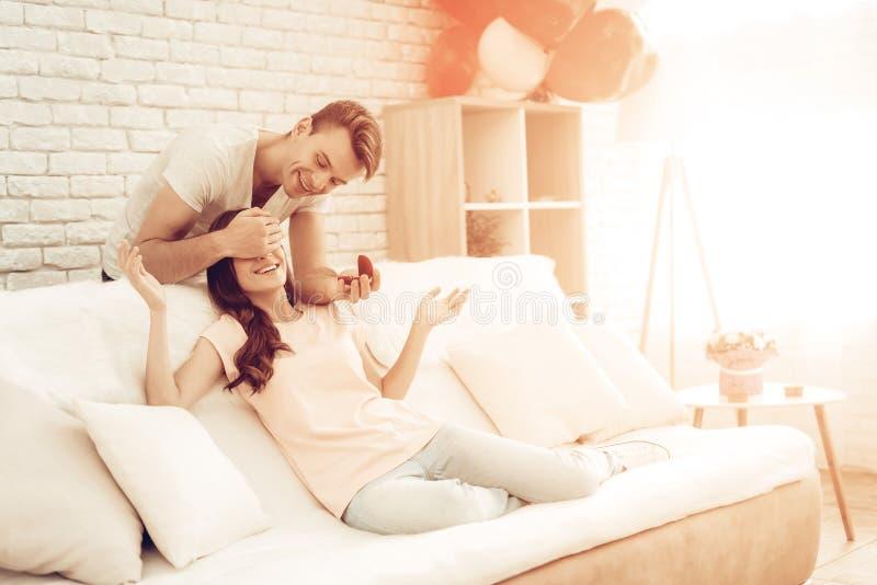 Guy Makes ein Geschenk zur Freundin an Valentinsgruß ` s Tag stockfotografie