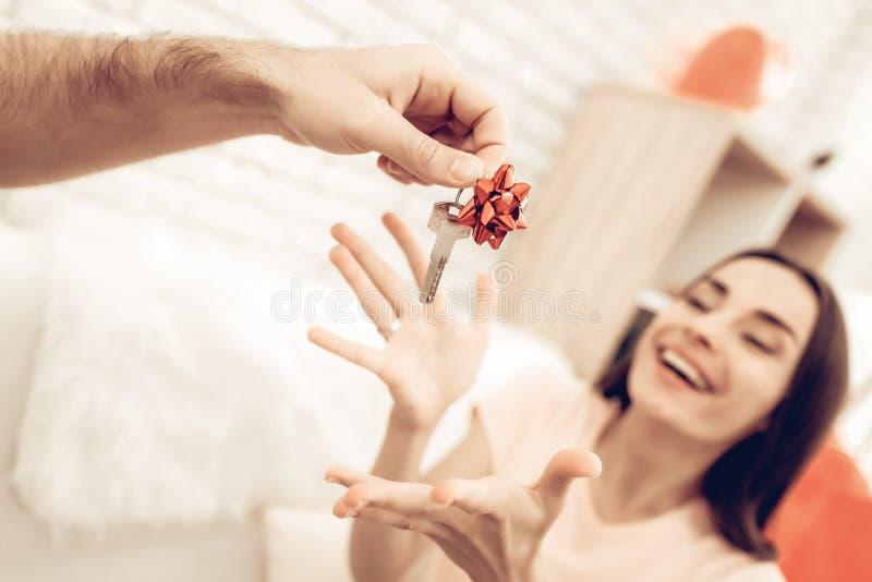 Guy Makes en gåva till flickvännen på dag för valentin` s royaltyfria foton