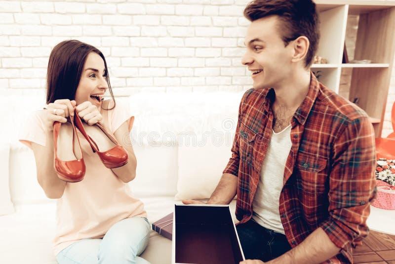 Guy Makes un regalo all'amica il giorno del ` s del biglietto di S. Valentino fotografia stock libera da diritti