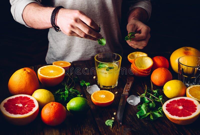 Guy Prepare el cóctel de la fruta cítrica imagenes de archivo