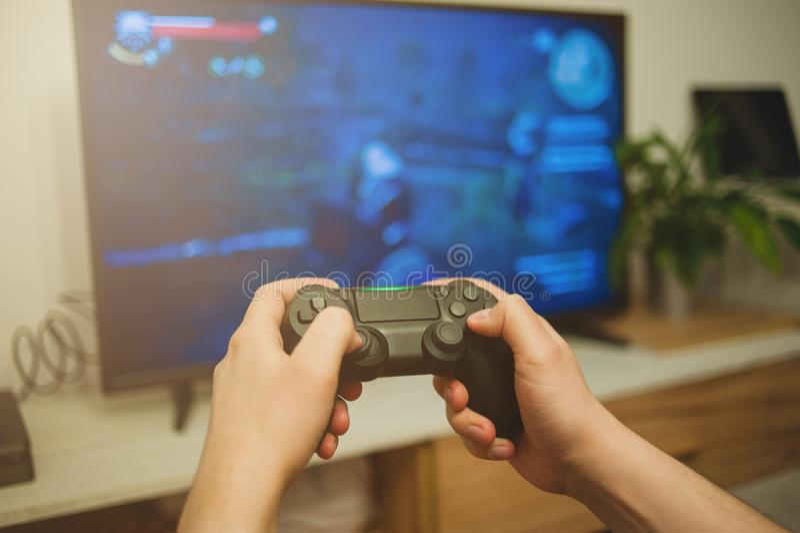 Guy tient une console de jeux de gamepad photos libres de droits