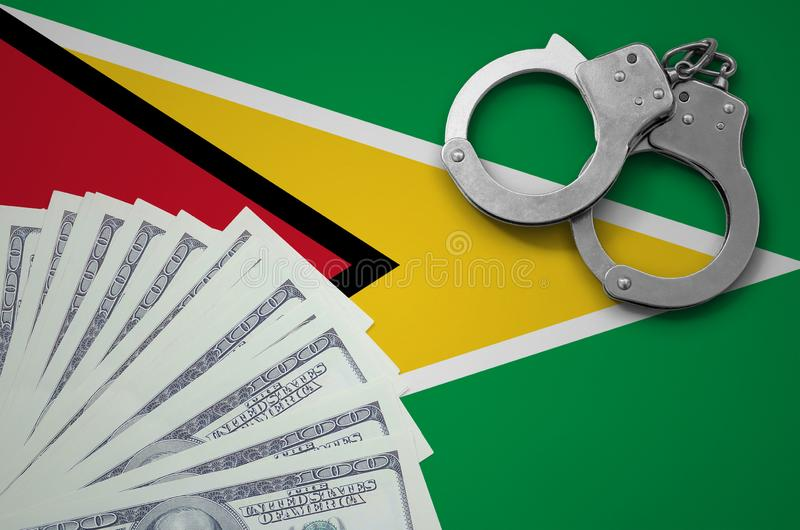 Guyana-Flagge mit den Handschellen und ein Bündel Dollar Das Konzept von illegalen Bankgeschäften in US-Währung lizenzfreie abbildung