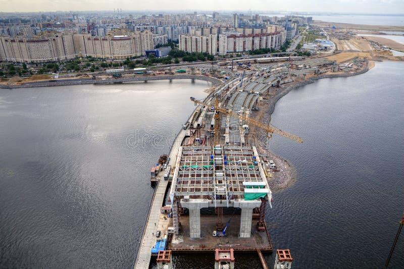 Guyed bro över den Petrovsky farleden under konstruktion, helgon arkivbilder