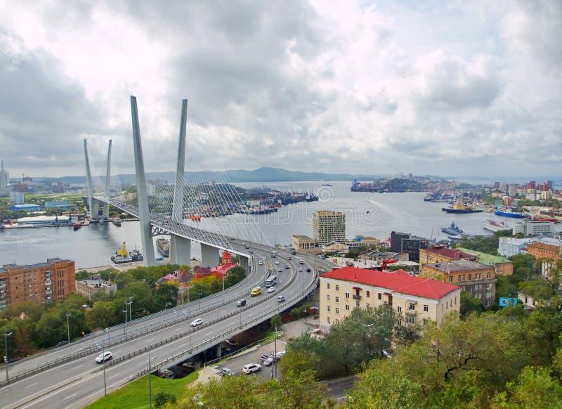 Guyed bro i Vladivostoken över den guld- horn- fjärden arkivbilder