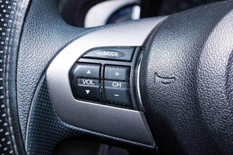 Guziki na kierownicie nowożytny samochód obraz stock